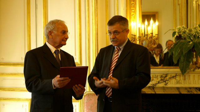 File:Robert Hébras und Botschafter Dr. Hubert Heiss.JPG
