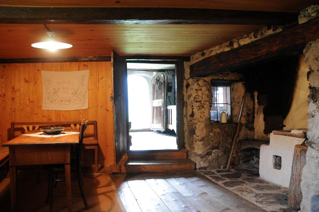File Sandrellhaus Tschagguns Vorarlberg Austria Innenansicht Mit Offener Feuerstelle Jpg Wikimedia Commons