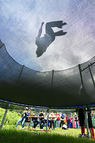 Trampoline Riddu.jpg English: Person on trampoline at the Riddu Riđđu festival in Kåfjord, Norway Norsk bokmål: Person som hopper trampoline under