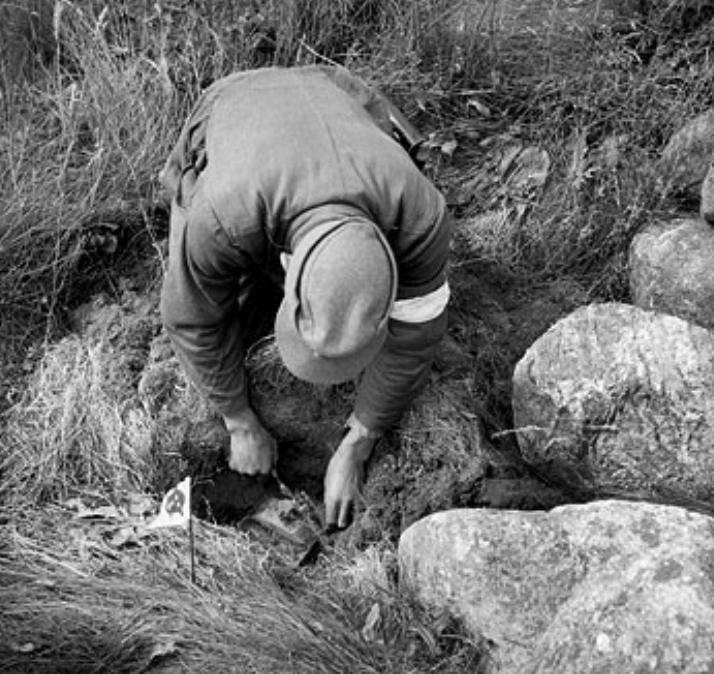 O trabalho liberta (Prisioneiro de guerra alemão limpa campo minado na Noruega em 1945)