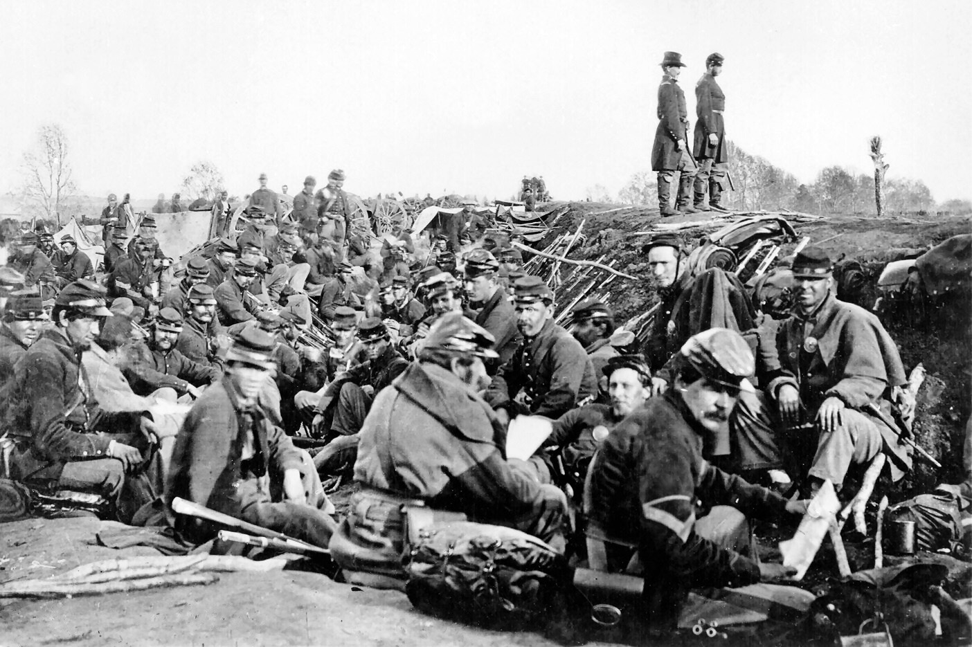 https://upload.wikimedia.org/wikipedia/commons/9/95/Union_soldiers_entrenched_along_the_west_bank_of_the_Rappahannock_River_at_Fredericksburg,_Virginia_%28111-B-157%29.jpg