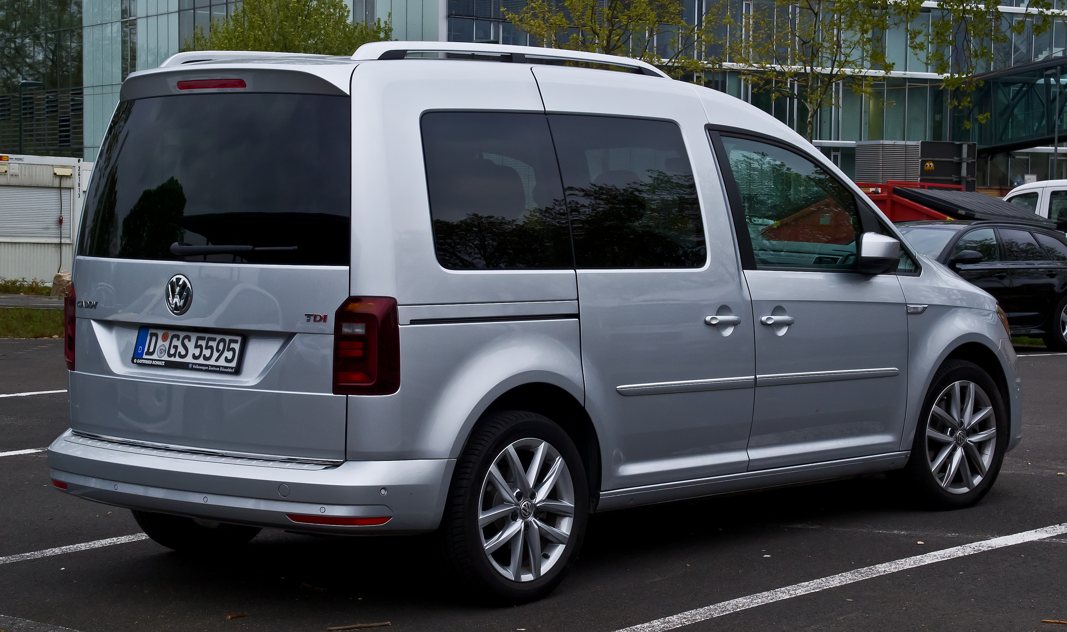 file vw caddy 2 0 tdi bluemotion technology highline 2k 2 facelift heckansicht 21 april. Black Bedroom Furniture Sets. Home Design Ideas