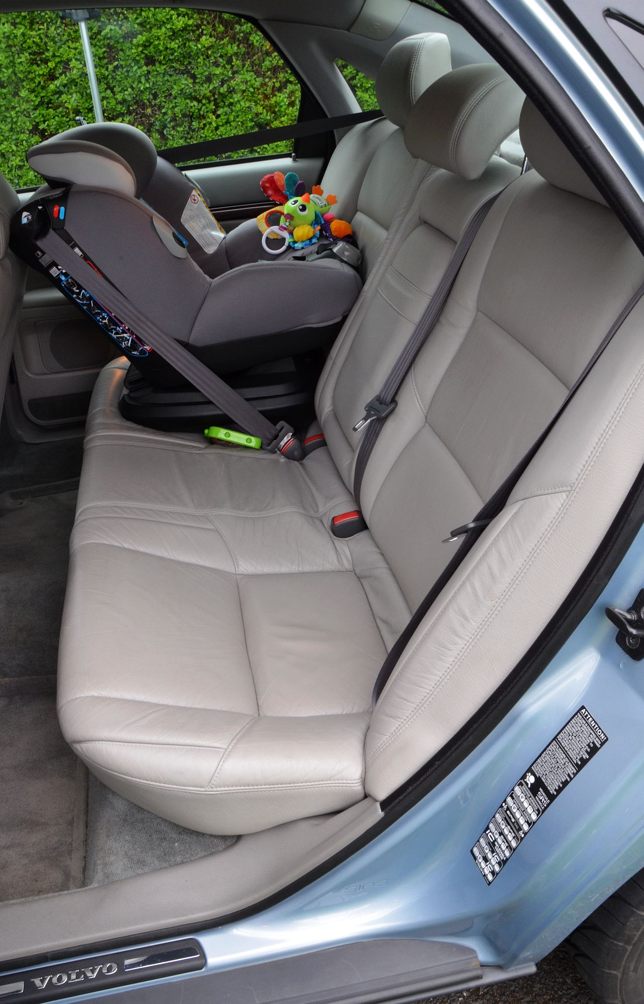 File:Volvo S80 2.4T 2002 Blue, interior rear..jpg - Wikimedia Commons
