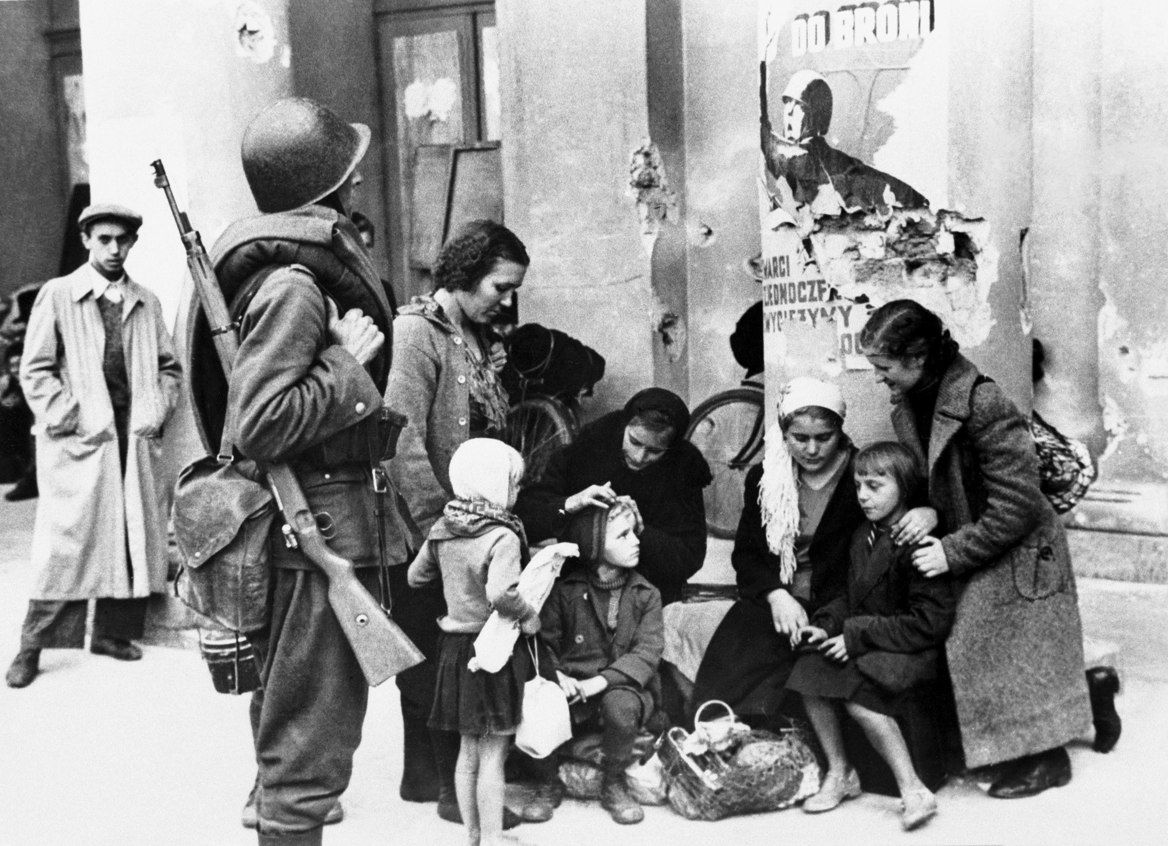 Warsaw 1939 refugees and soldier.jpg