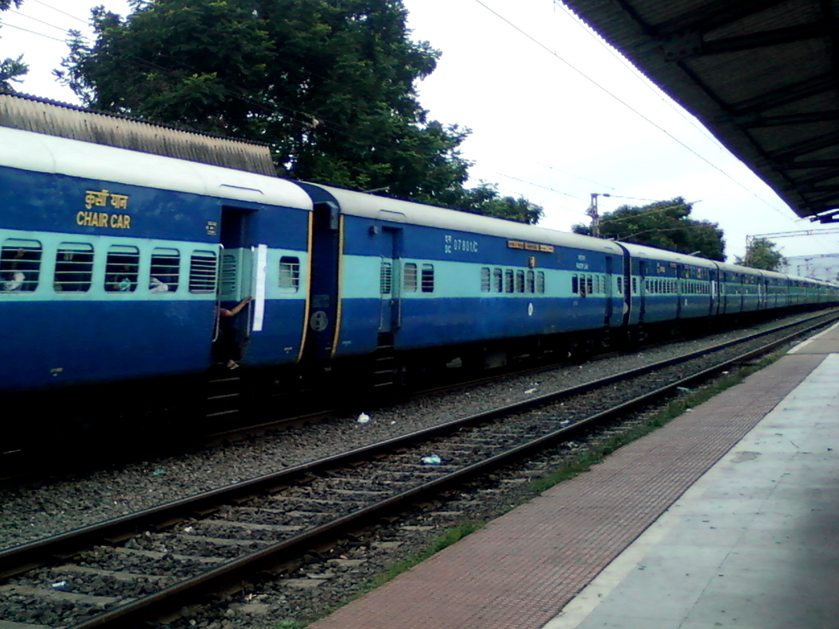 File:12717 Ratnachal Express at Marripalem 04.jpg