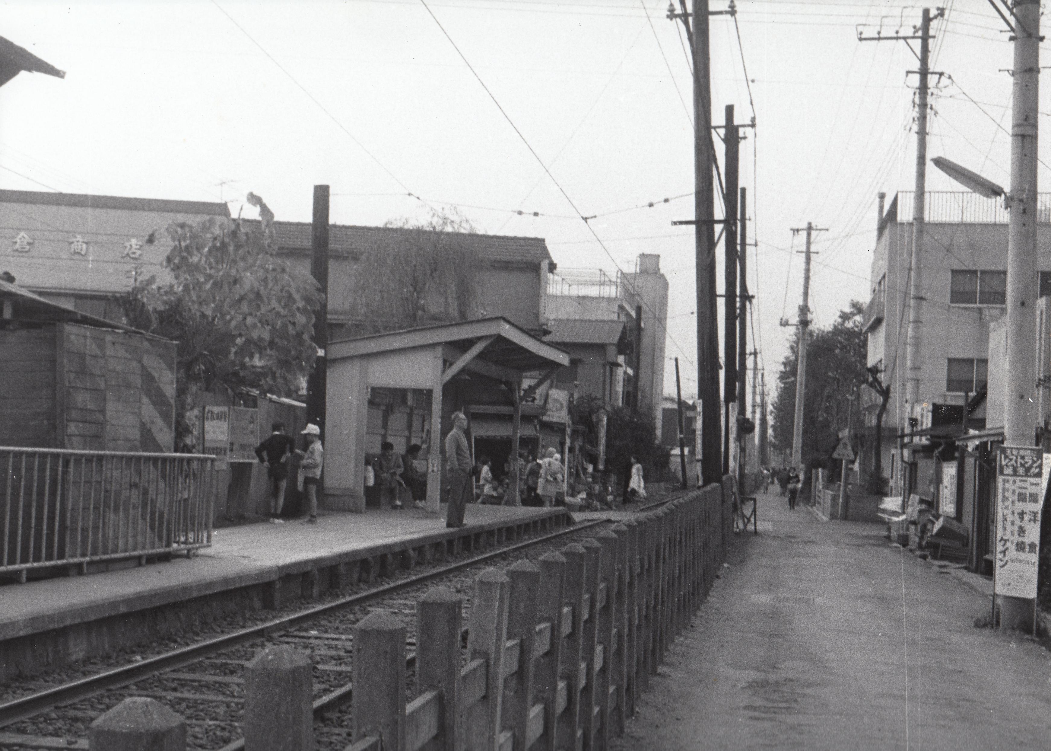 ファイル:1968年の秋 砧線中耕地駅を望む.jpg - Wikipedia