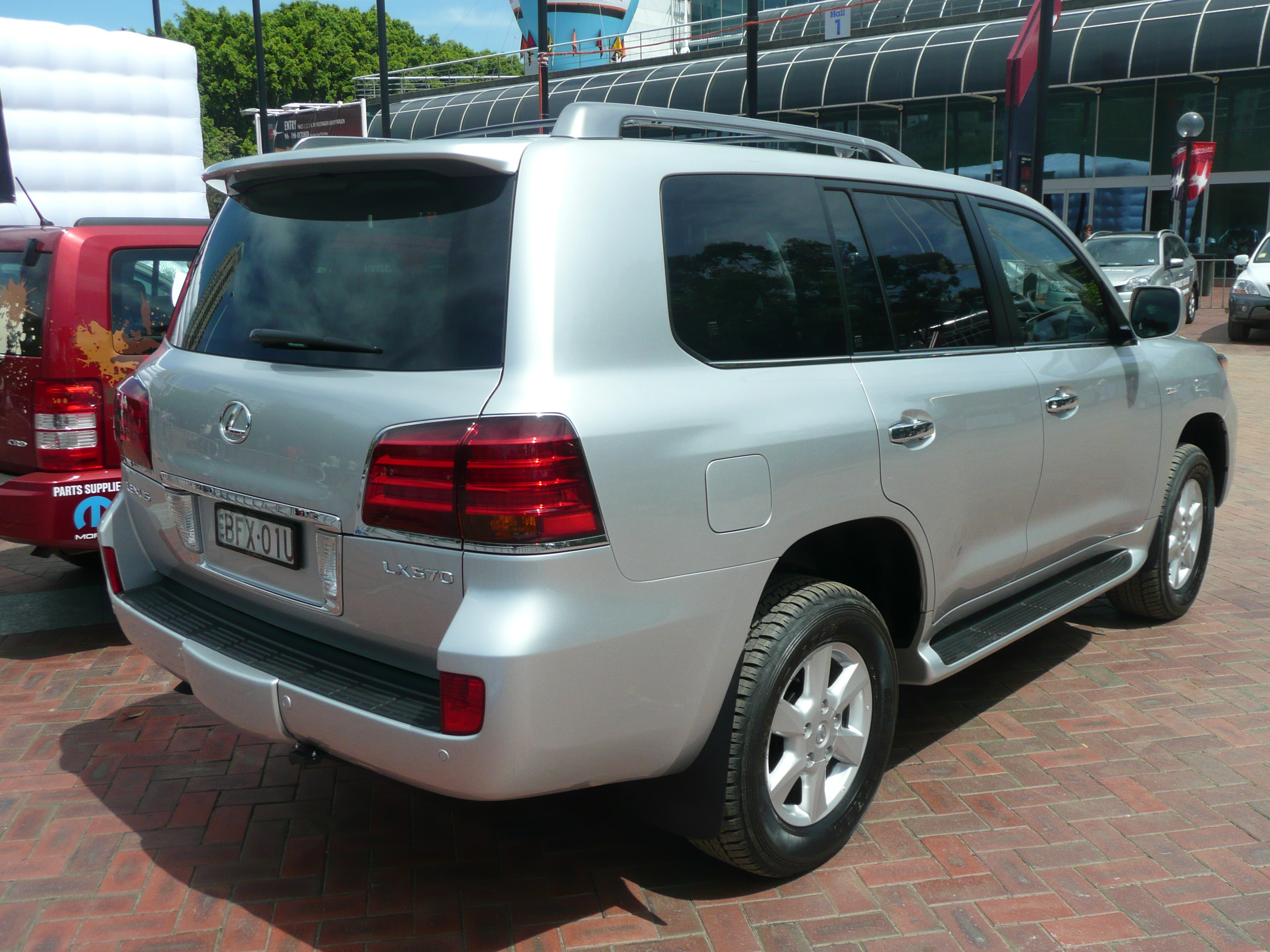 https://upload.wikimedia.org/wikipedia/commons/9/96/2008_Lexus_LX_570_%28URJ201R%29_Prestige_wagon_07.jpg