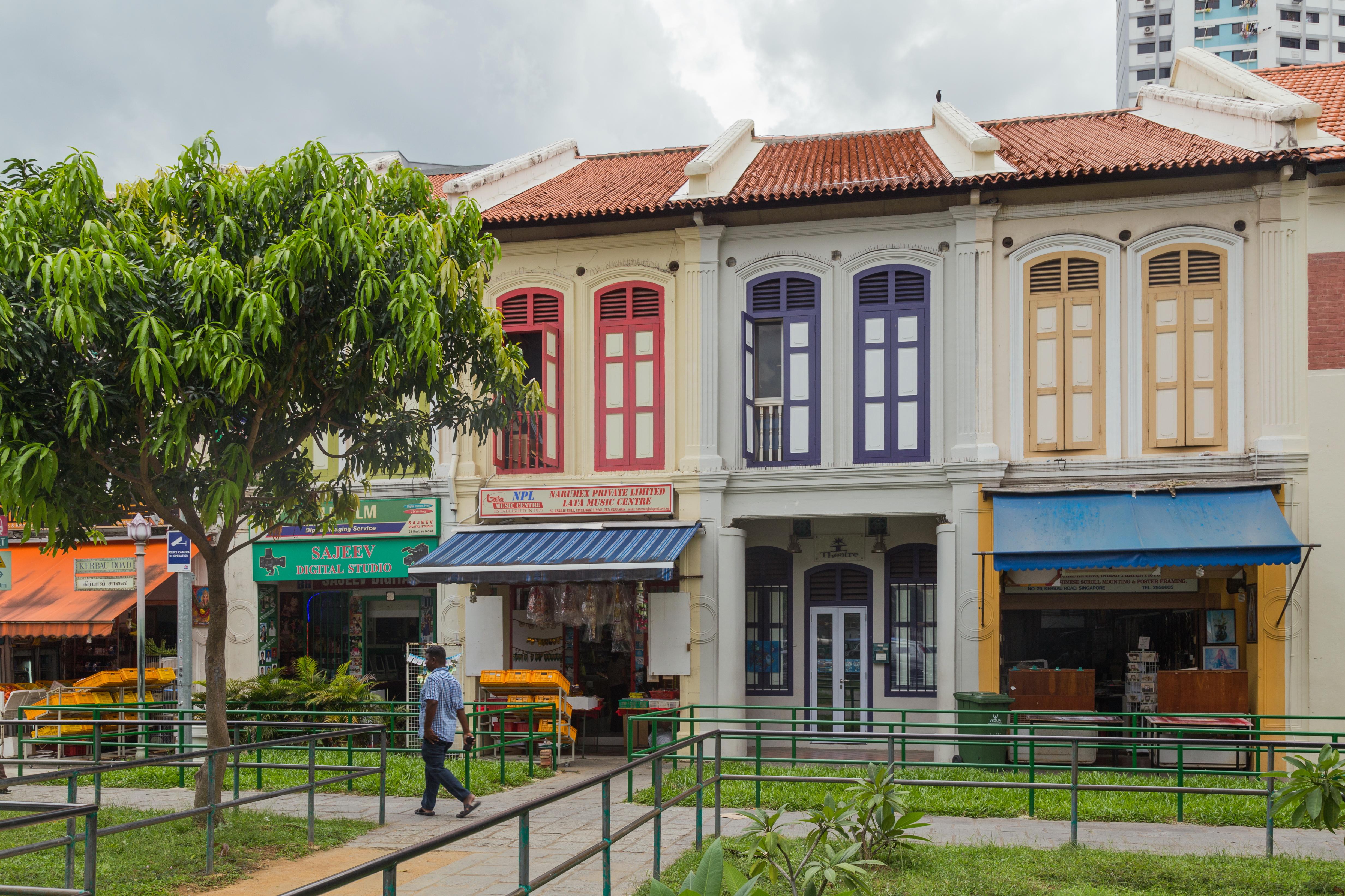 File:2016 Singapur, Little India, Ulica Kerbau, Domy-sklepy
