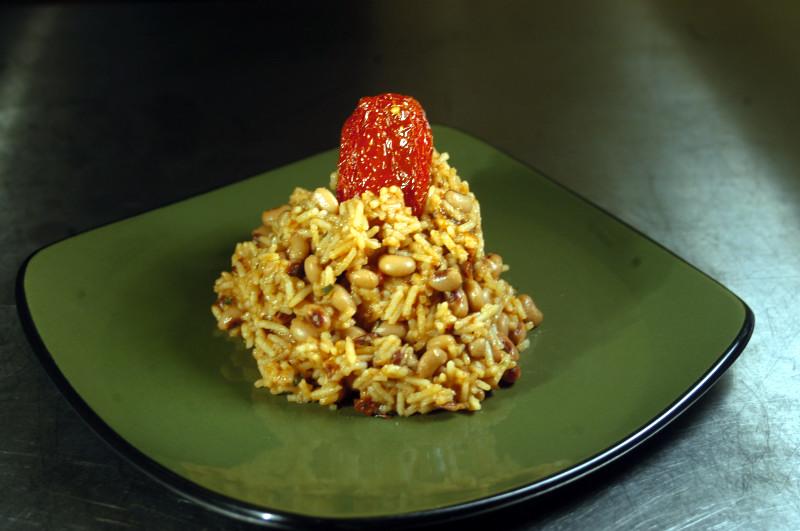 Um mexidão preparado em um prato altamente decorado.