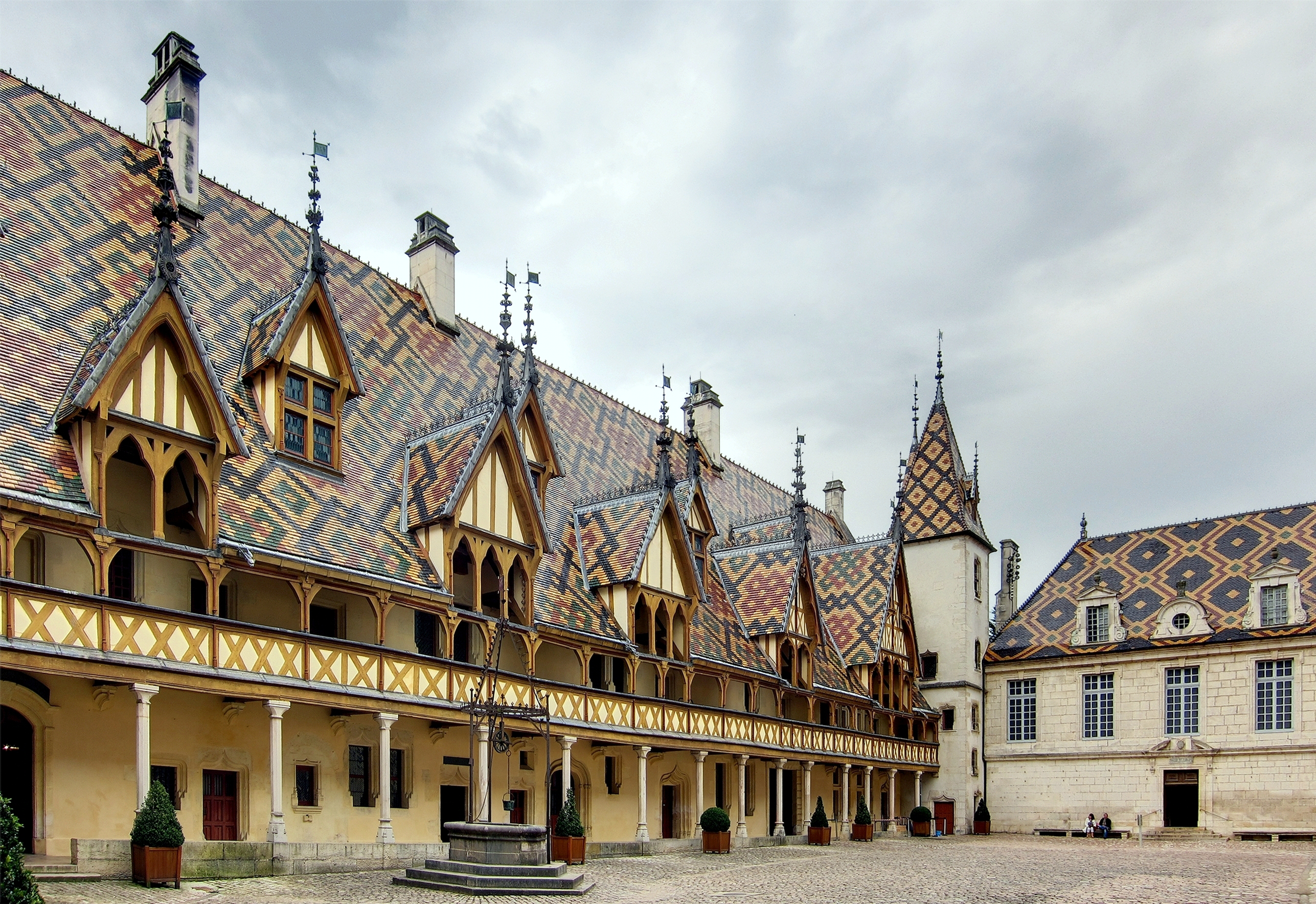 File beaune hospice cour ass wikimedia commons for Maison beaune