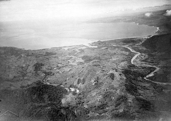File:COLLECTIE TROPENMUSEUM Luchtfoto van de Wijnkoops-baai bij de monding van de Cimandiri-rivier TMnr 10017765.jpg