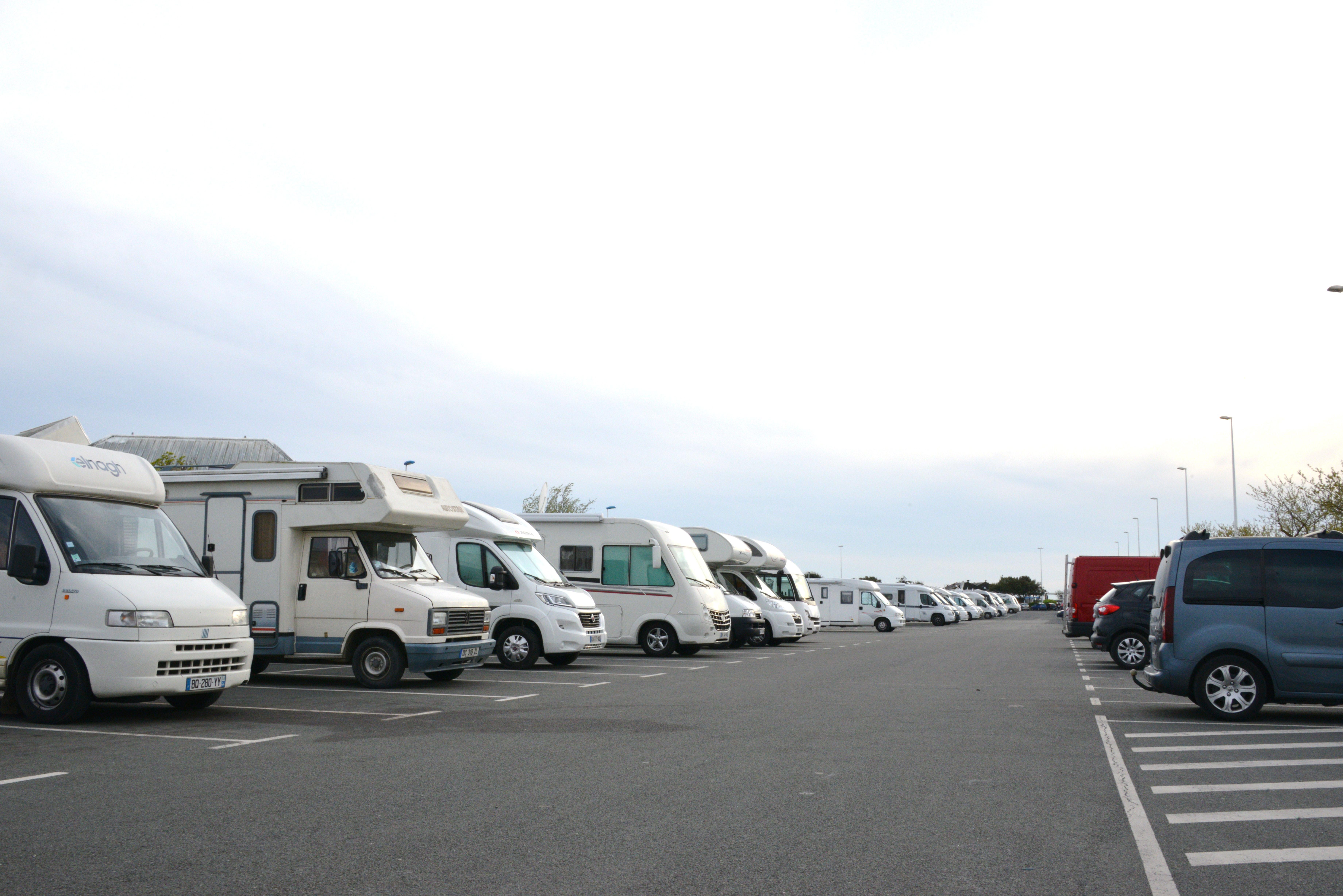 file camping cars sur le parking de la plage 1 jpg wikimedia commons. Black Bedroom Furniture Sets. Home Design Ideas