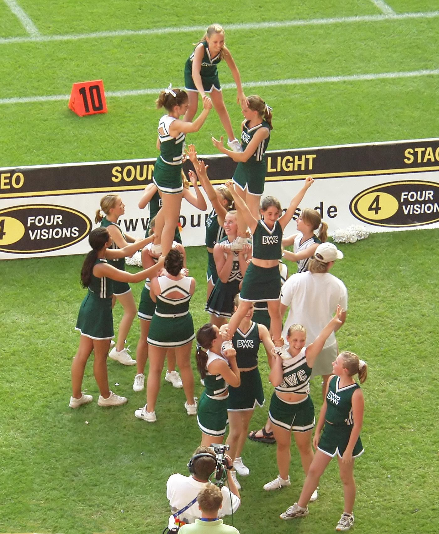 File:Cheerleaders - American Football - World Games Duisburg 2005 (2532).jpg