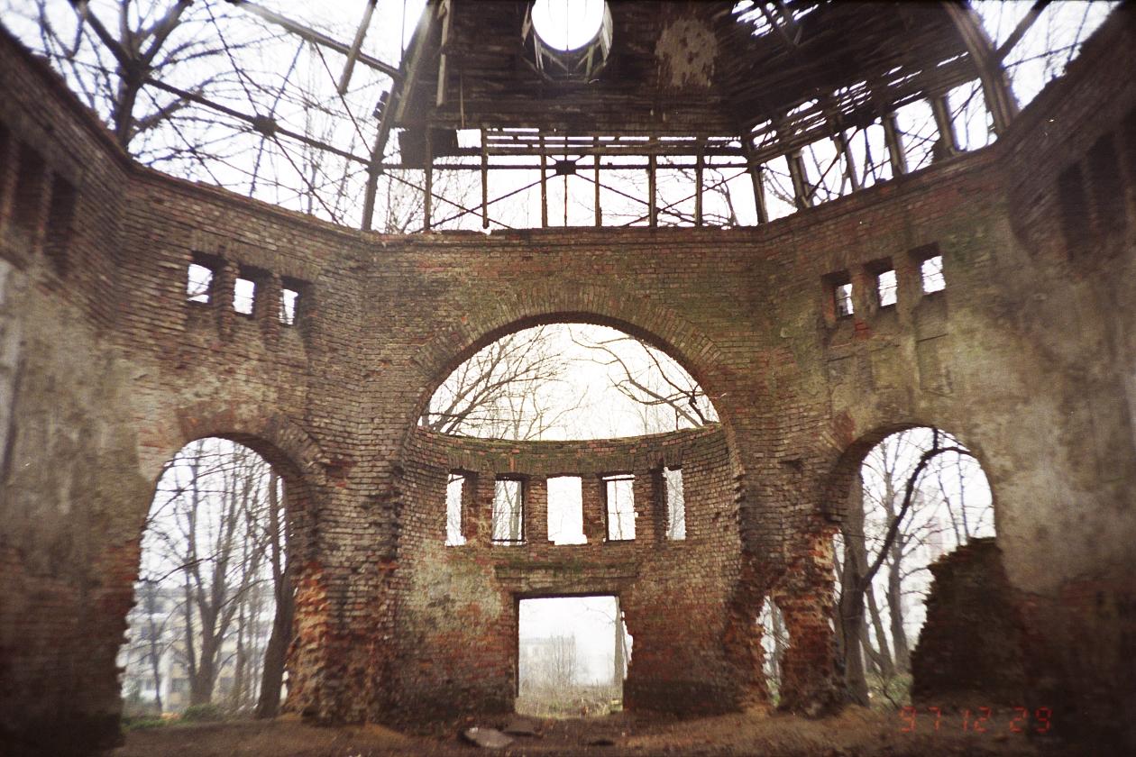 Dom pogrzebowy na nowym cmentarzu żydowskim w Cieszynie 1997 04.jpg