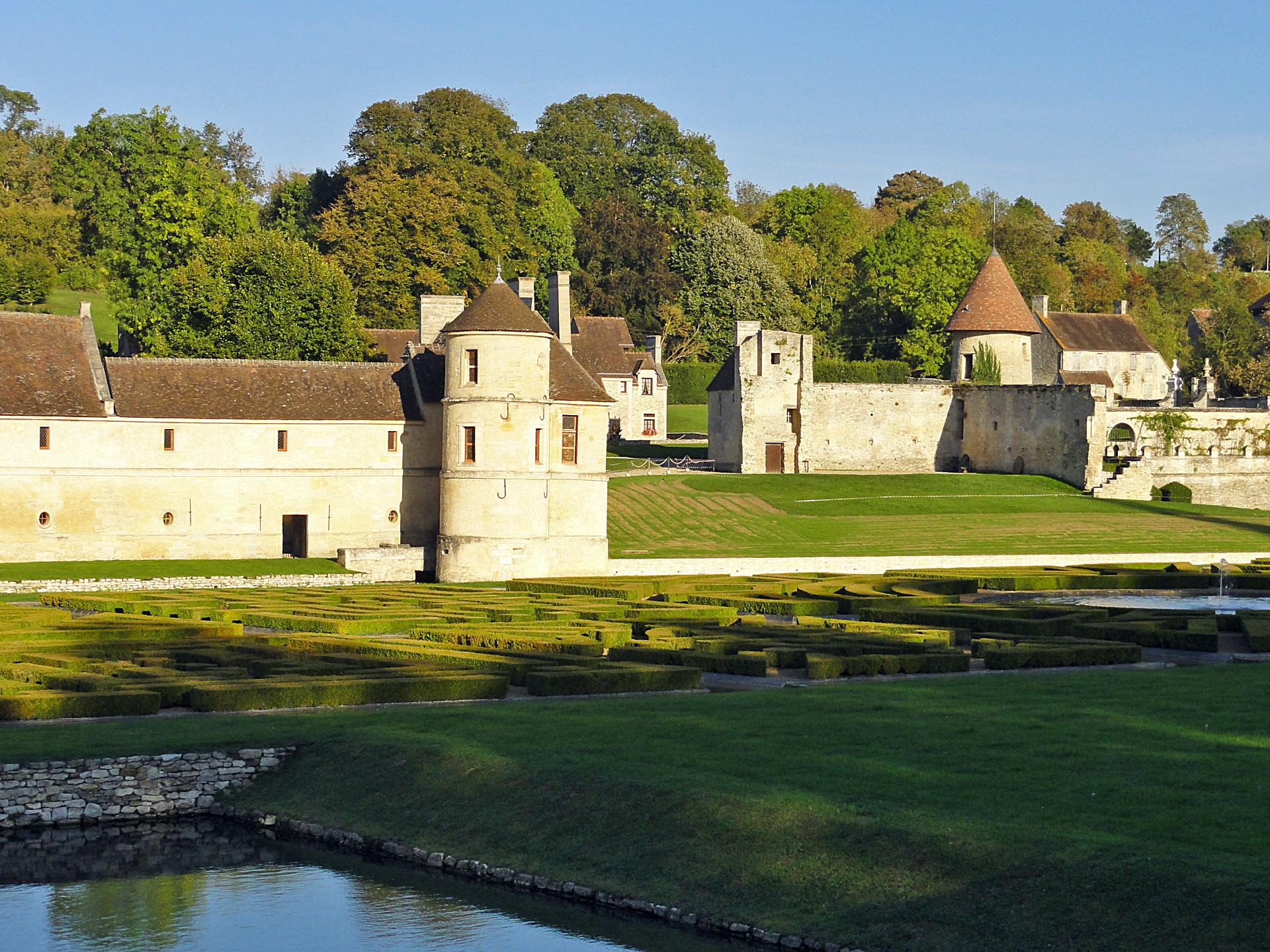 Domaine de Villarceaux - La tour saint-Nicolas et le manoir de Ninon XVIe siècle 02.jpg