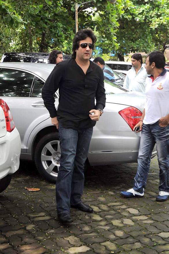 File:Fardeen Khan at Dara Singh's funeral 29.jpg ...