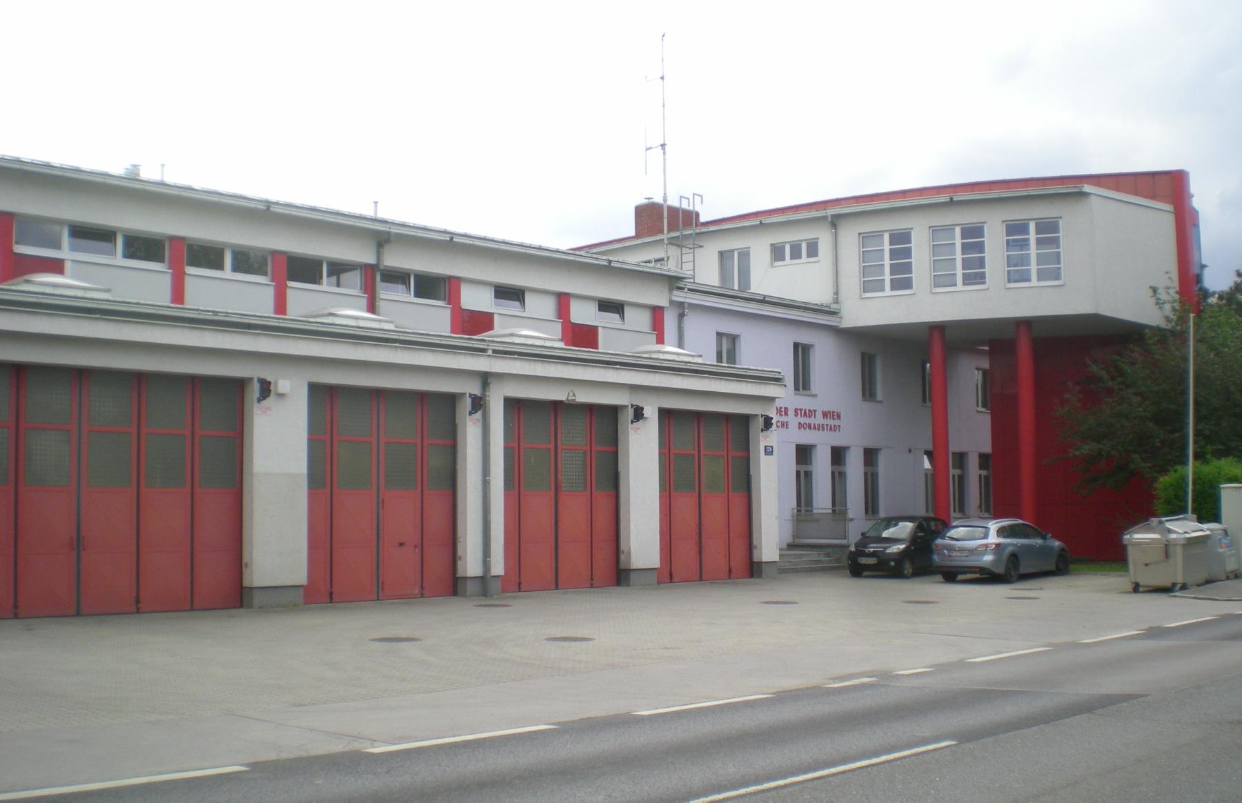 GuentherZ 2012-05-07 3411 Wien22 Erzherzog-Karl-Strasse Hauptfeuerwache Donaustadt.jpg