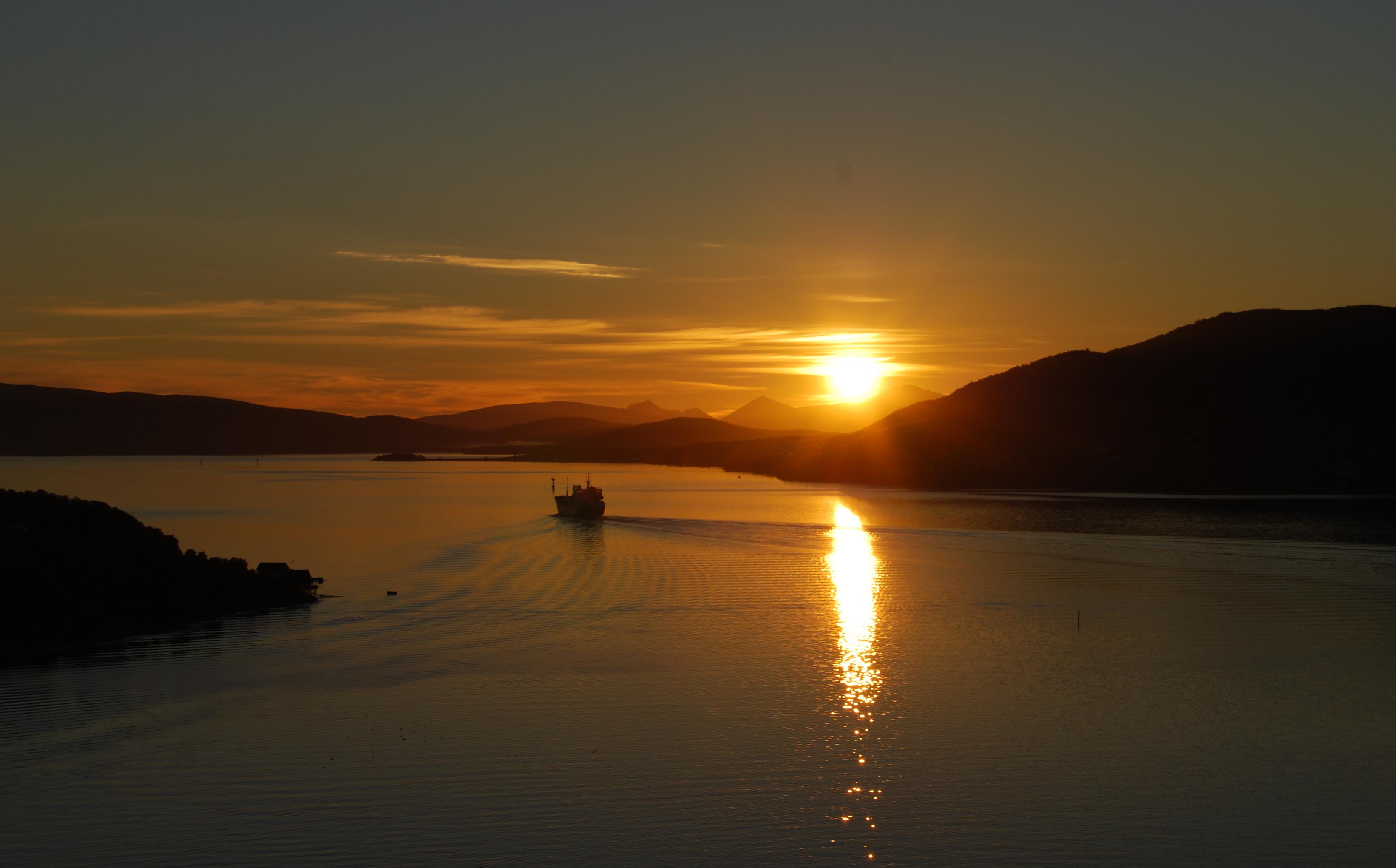 filemidnight sun in finnsnesjpg wikimedia commons