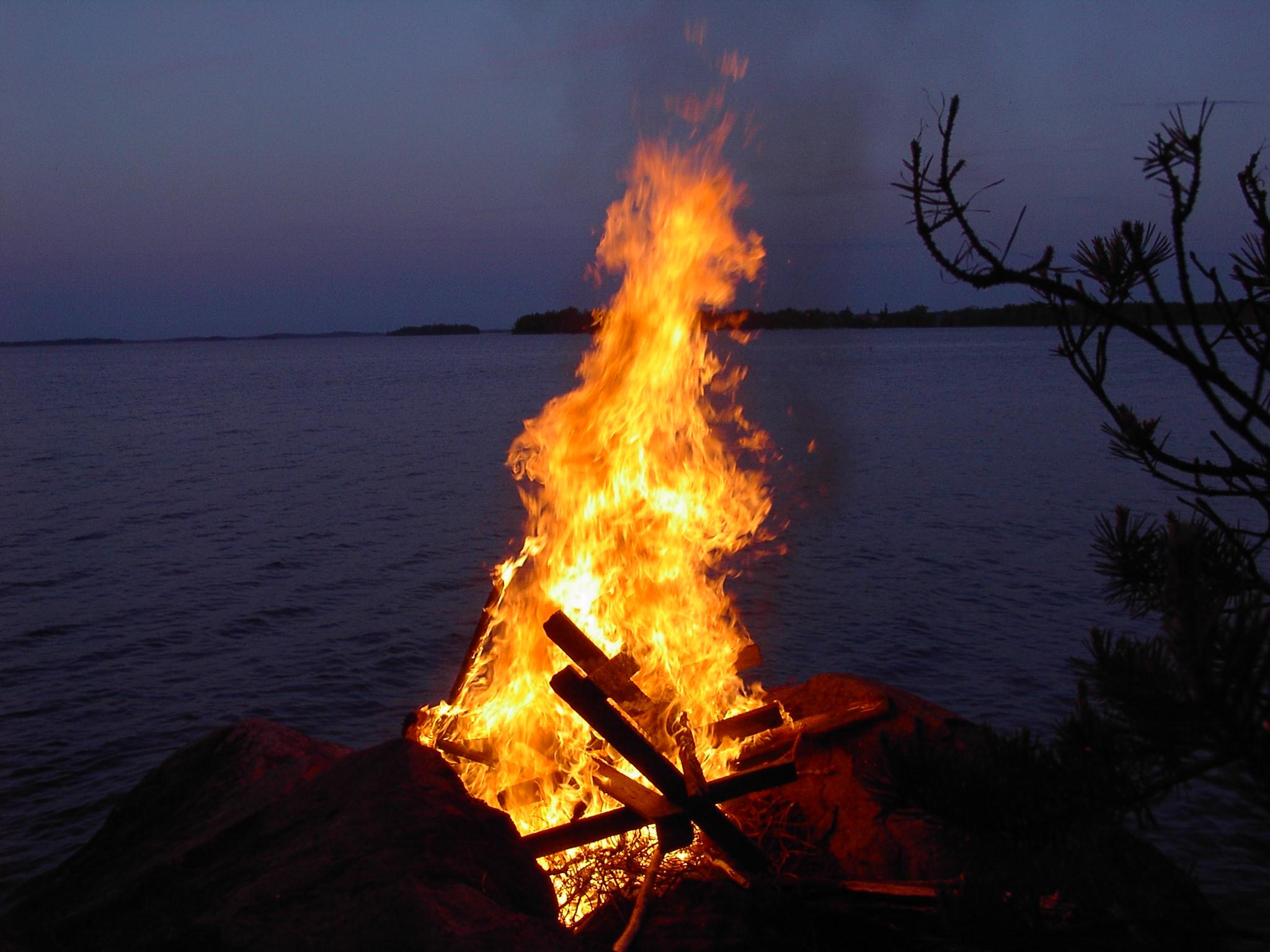 File:Midsummer bonfire in Pielavasi, Finland.JPG - Wikipedia