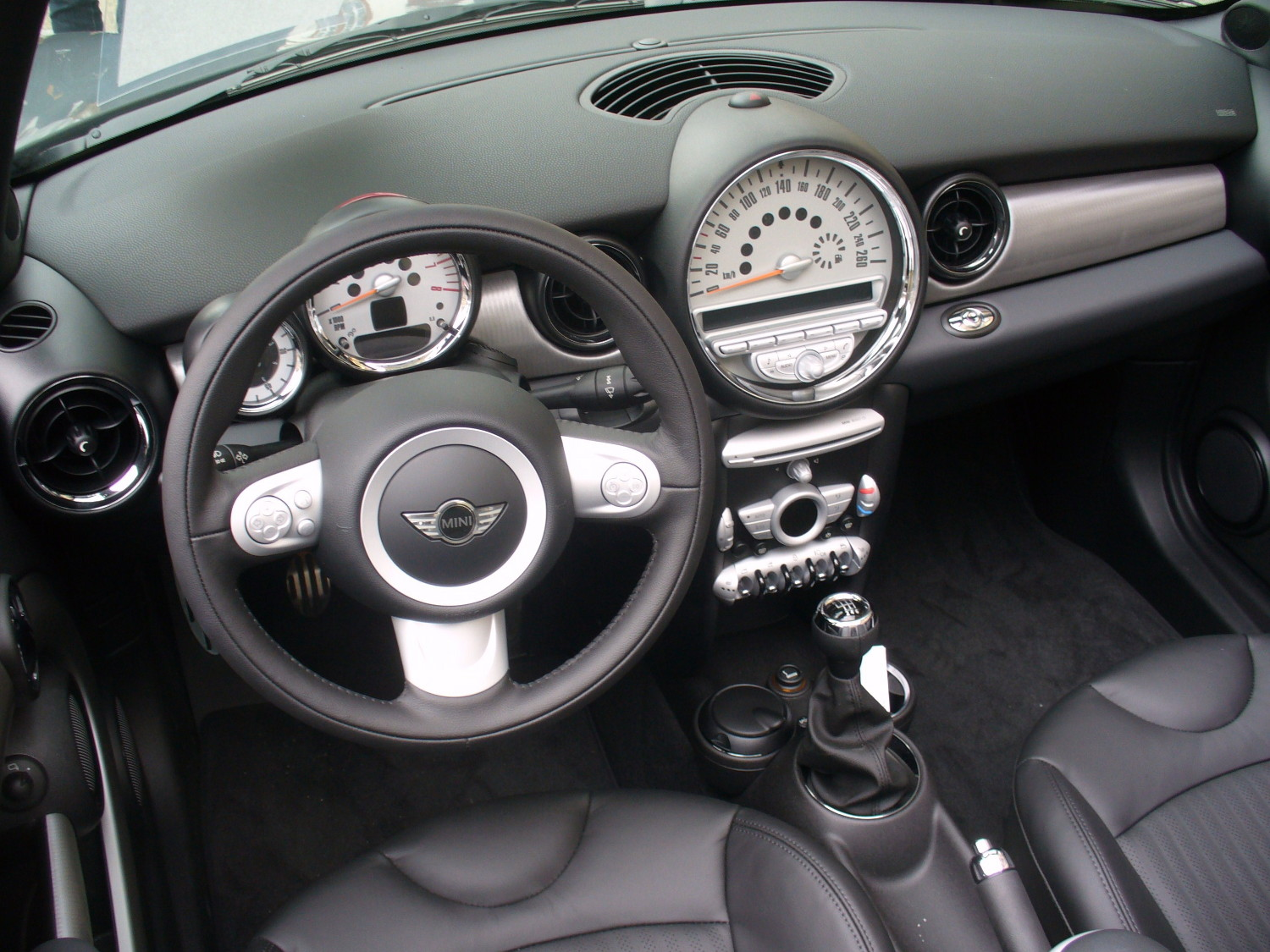 File mini r56 cooper s cabrio darksilver interieur jpg for Photo interieur