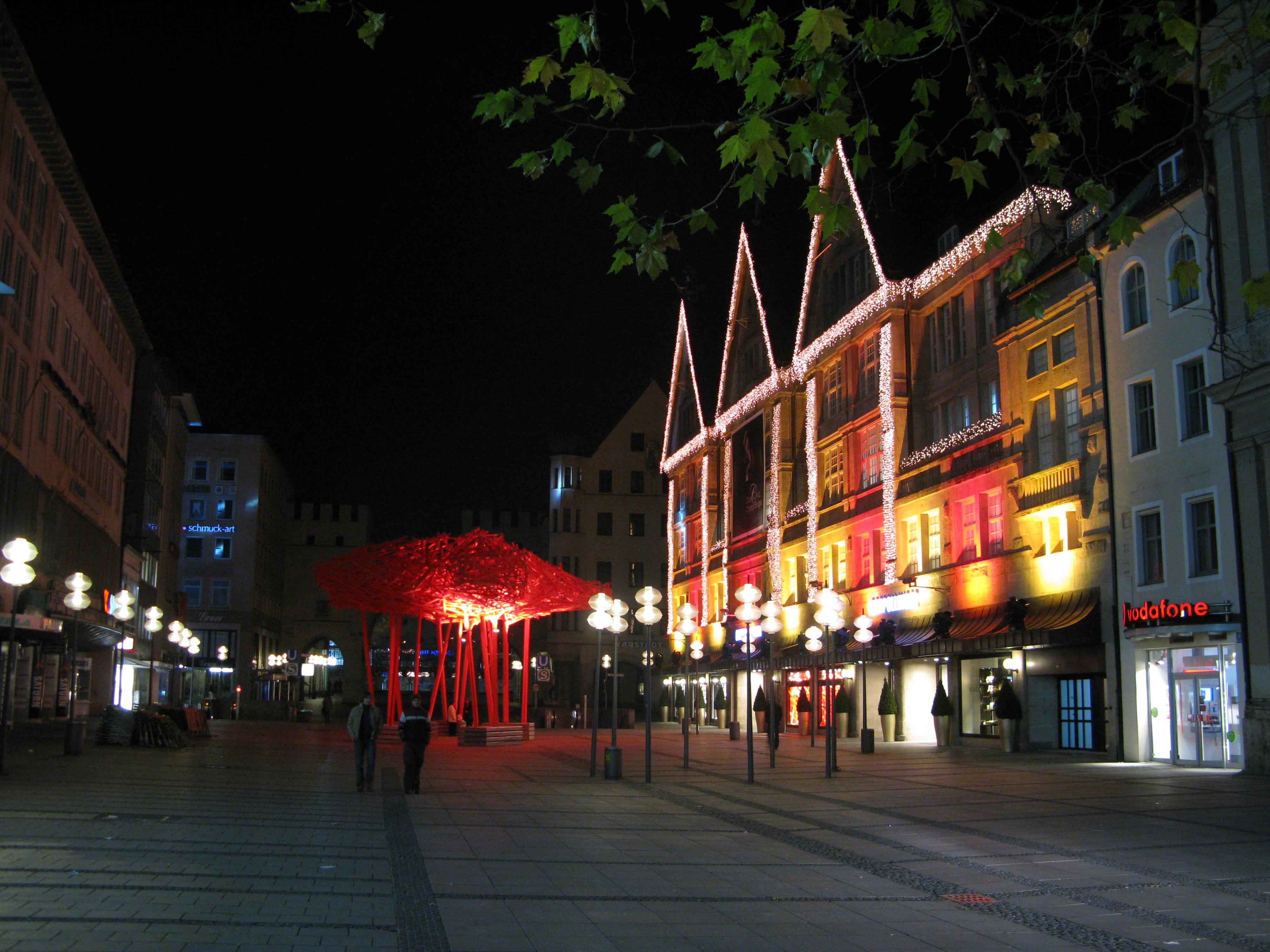 Zahllose todgeweihte Fußgänger bevölkern nachts die Kaufingerstrasse