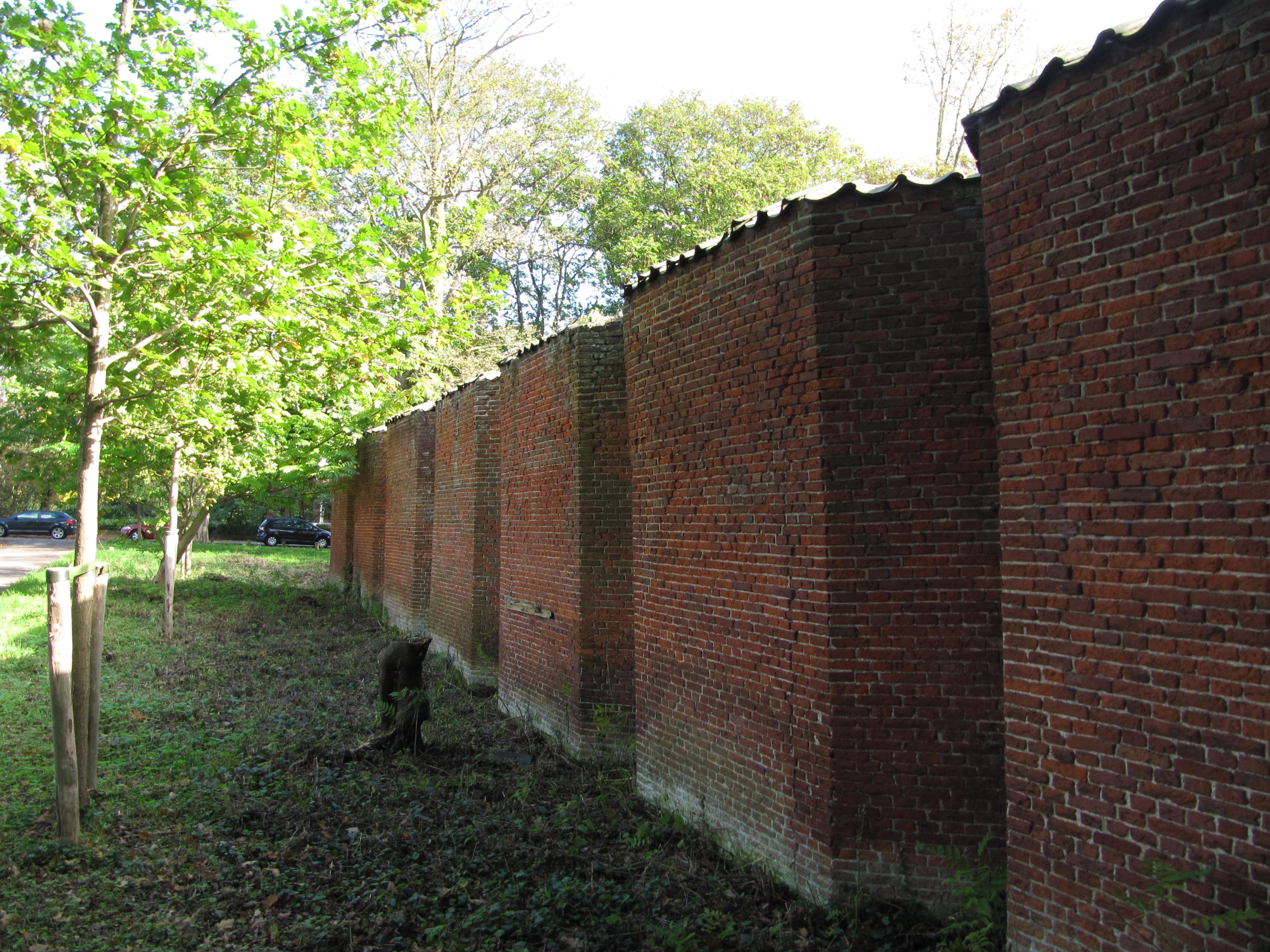 fruitmuur retranchemuur Landgoed Marlot in Den Haag