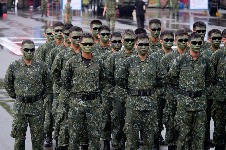 ファイル roc airborne special operations forces team line up at