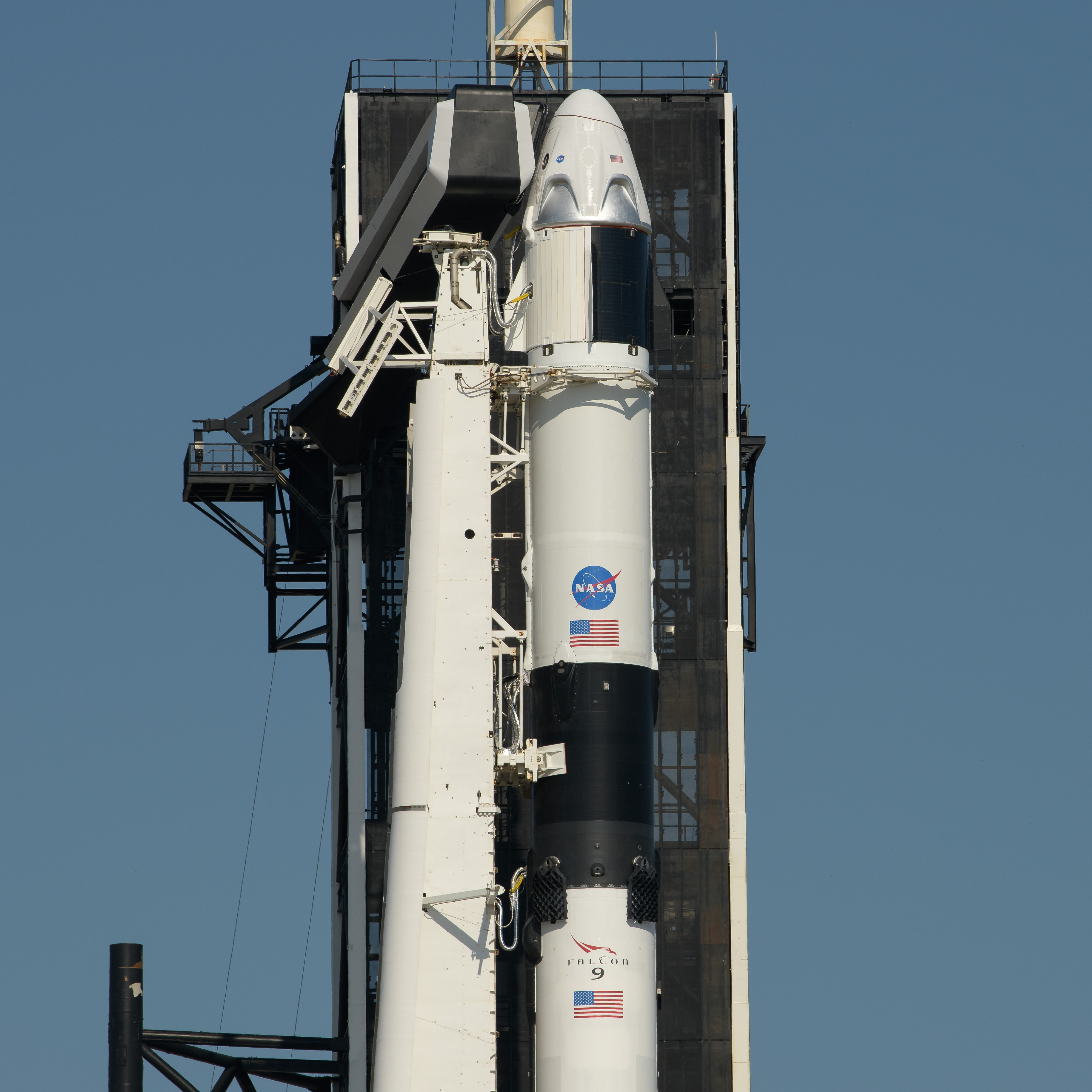 https://upload.wikimedia.org/wikipedia/commons/9/96/SpaceX_Demo-2_Rollout_%28NHQ202005210011%29.jpg