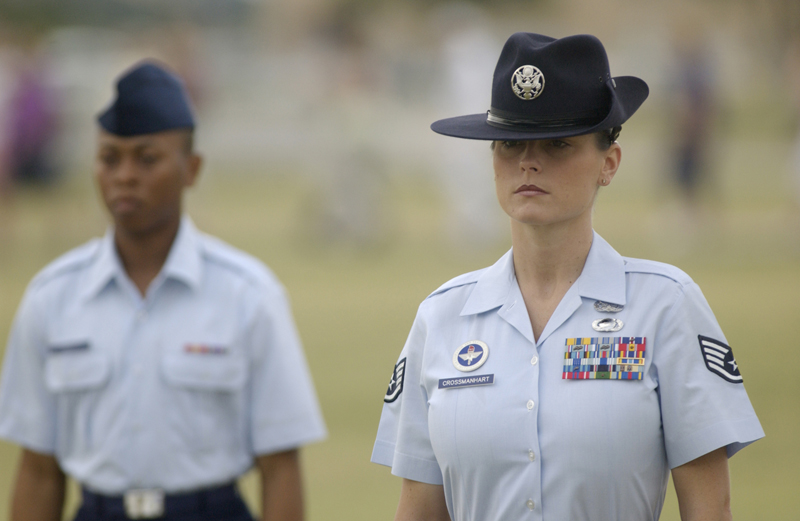 https://upload.wikimedia.org/wikipedia/commons/9/96/USAF_female_Drill_Instructor.jpg