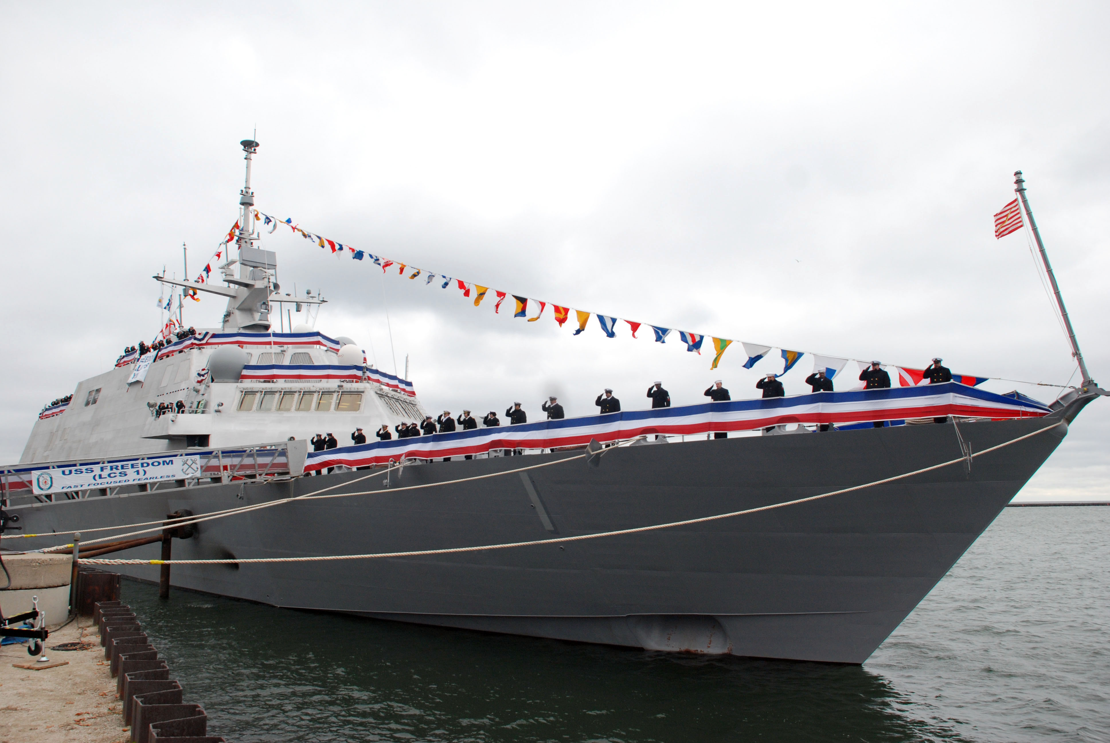 File uss freedom lcs 1 the crew mans the wikimedia commons - Uss freedom lcs 1 photos ...