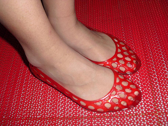 File Woman Wearing Red Jelly Shoes Jpg Wikimedia Commons