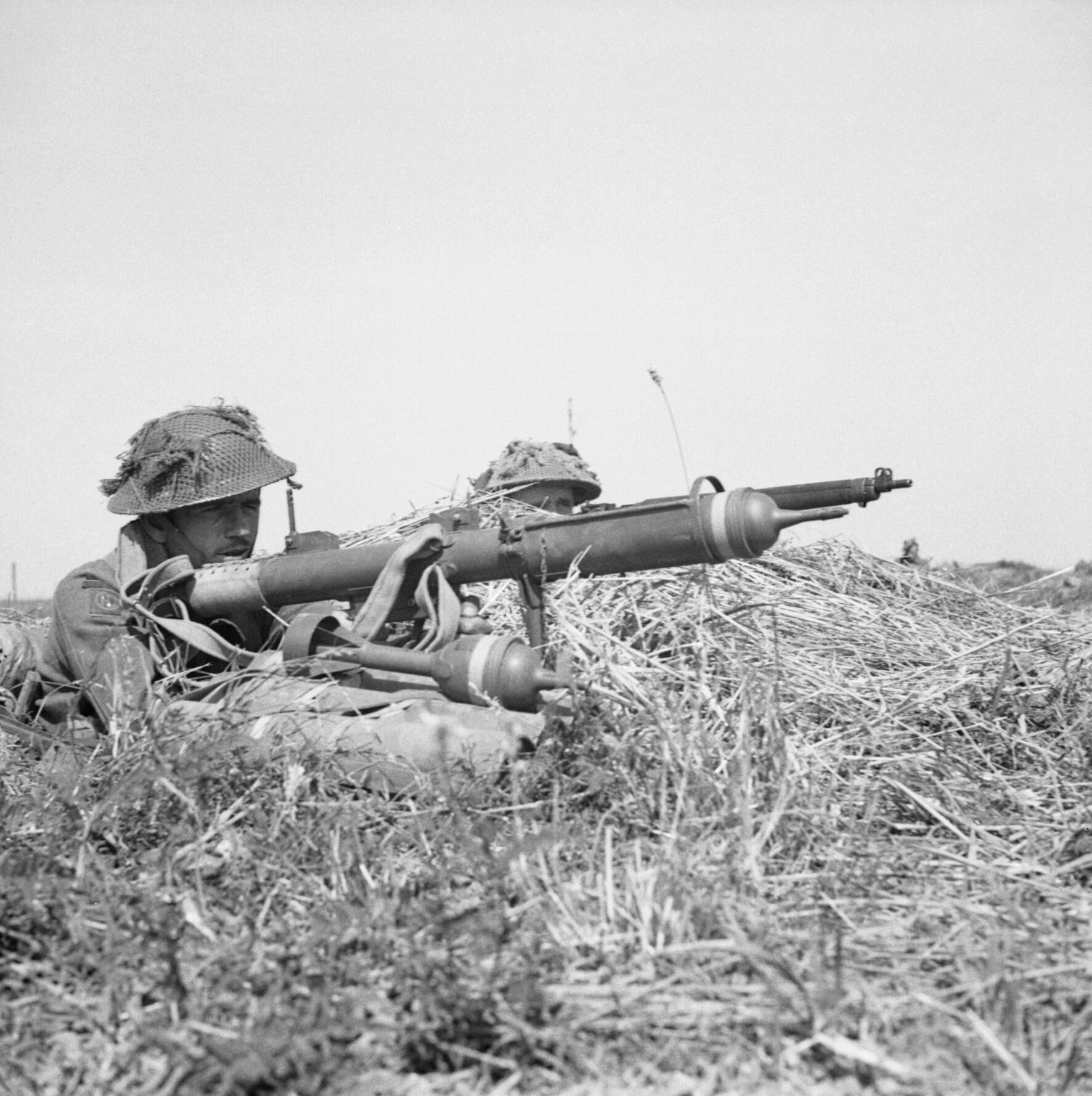 German 50 Mm Anti Tank Gun: File:A British Infantryman Prepares To Fire A PIAT Anti