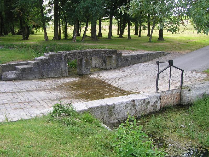 Passerelle et gué à Angeac-Champagne en Charente