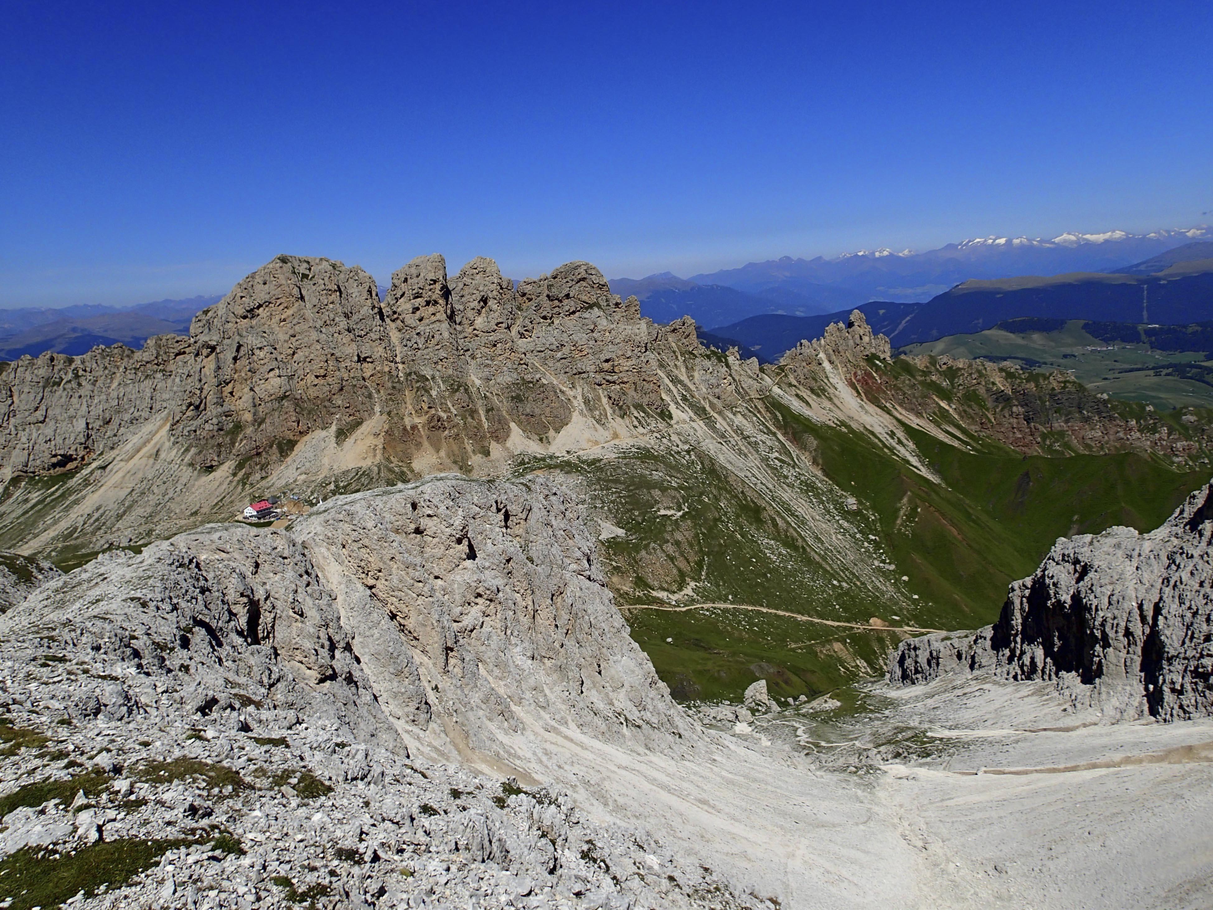 Maximilian Klettersteig : File blick auf die tierser alpl hütte und den maximilian