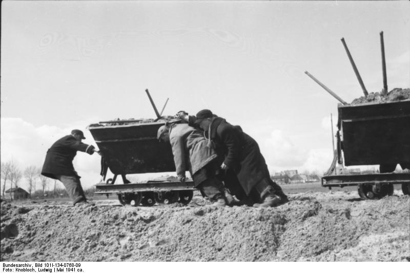 http://upload.wikimedia.org/wikipedia/commons/9/97/Bundesarchiv_Bild_101I-134-0768-09%2C_Polen%2C_Ghetto_Warschau%2C_Arbeitseinsatz.jpg