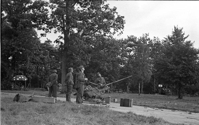 File:Bundesarchiv Bild 101II-M2KBK-772-24, Arnheim, deutsches 2 cm Flakgeschütz.jpg