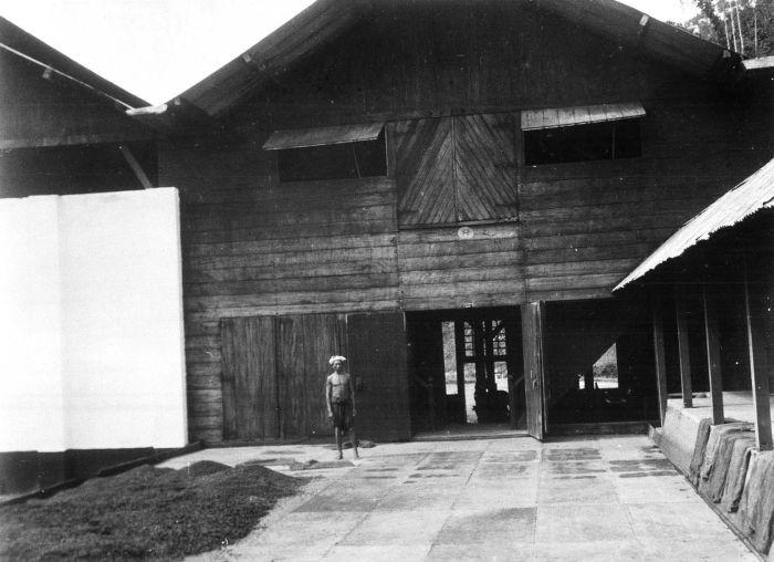 File:COLLECTIE TROPENMUSEUM Gedeelte van het stenen drooghuis op koffie-onderneming Kaba Wetan op Zuid Sumatra voor het drooghuis poseert een werknemer TMnr 60011048.jpg