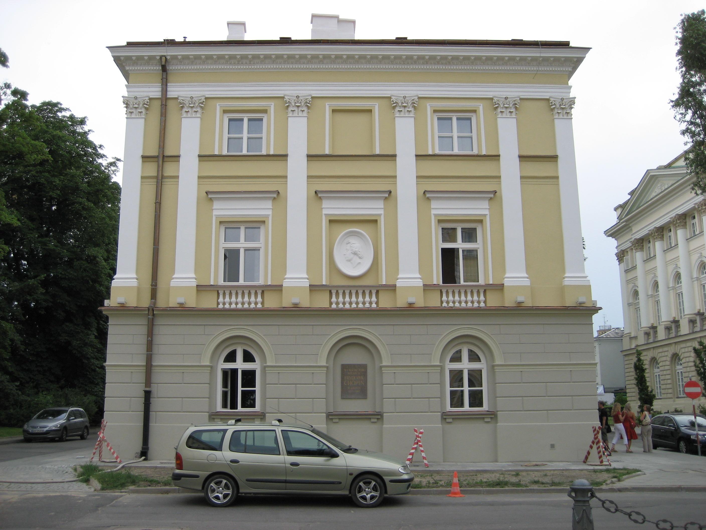 Entre 1817 y 1827, la familia Chopin vivió en un edificio adyacente al palacio Kazimierz en la Universidad de Varsovia. El edificio está adornado en la actualidad con un perfil de Chopin.