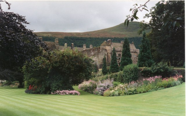 File:Falkland Palace Garden - geograph.org.uk - 952544.jpg