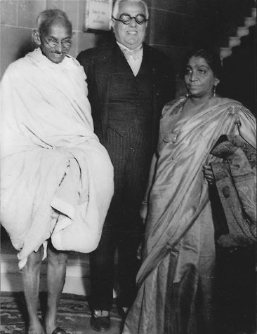 படிமம்:Gandhi with Aga Khan and Sarojini Naidu.jpg