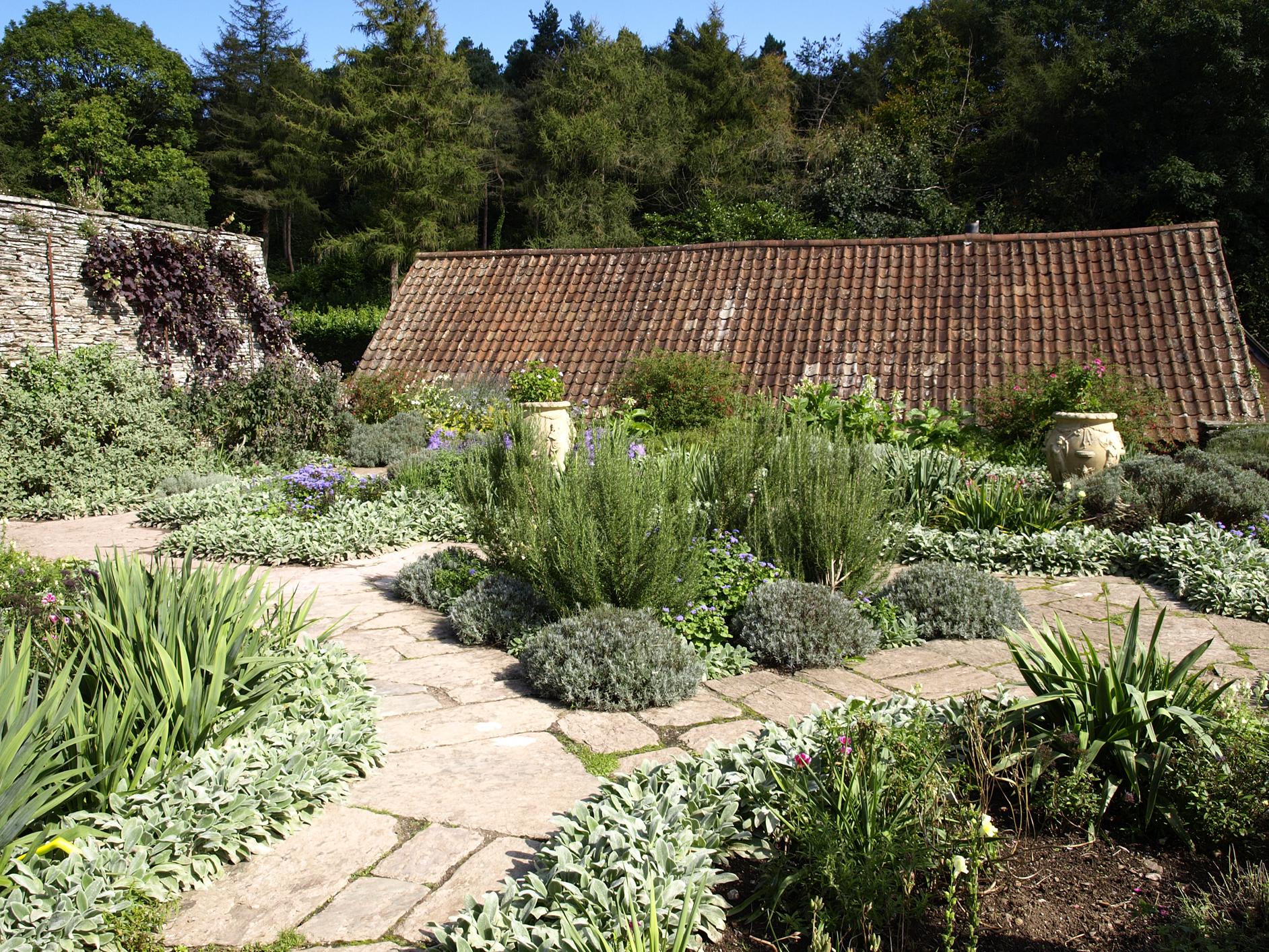 Gertrude Jekyll Gardens >> File:Hestercombe Dutch Garden3.jpg - Wikimedia Commons