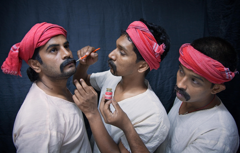 India - Actors - 0258.jpg English: Actors in the makeup process of a Koothu-P-Pattarai theater perfomance, India. Français : Acteurs du théâtre