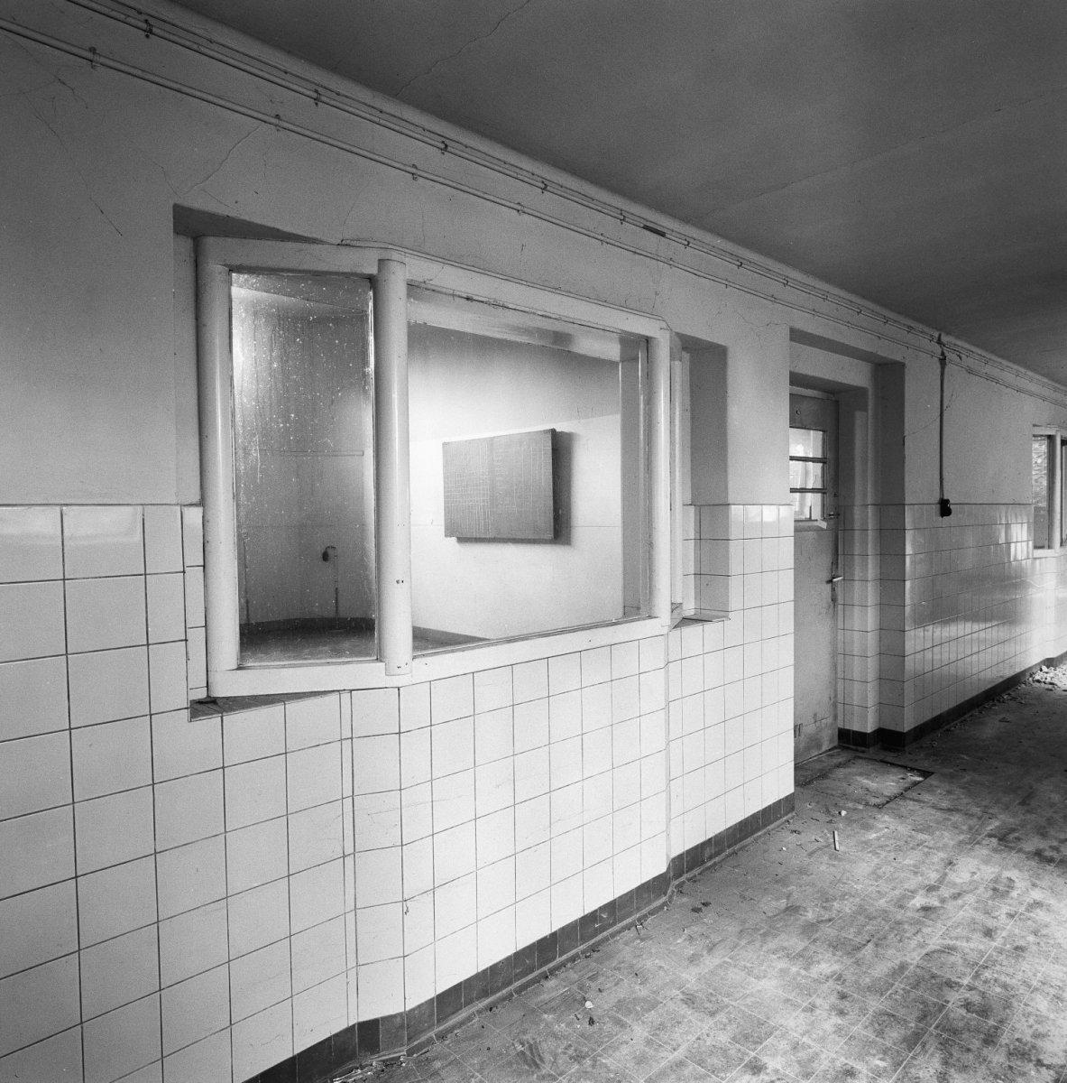 File:Interieur school, gang met raam van klaslokaal - Sittard ...