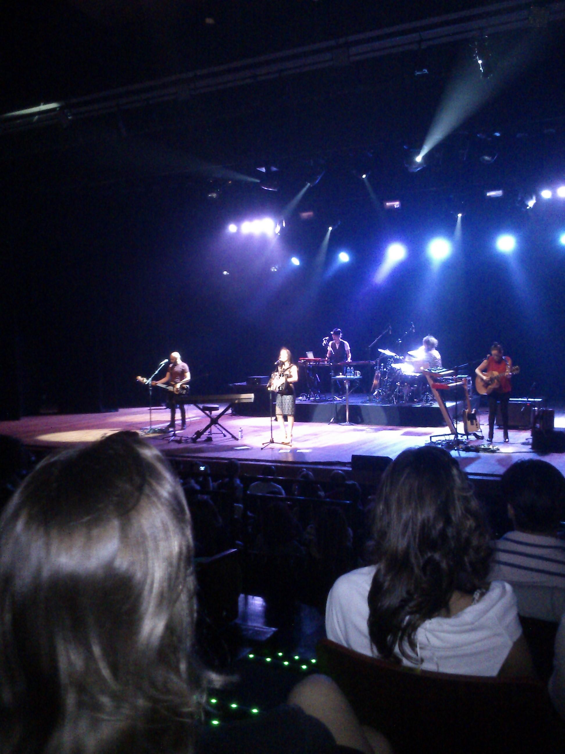 Julieta Venegas actuando en directo el 21 de mayo de 2014 en Natal, Brasil.