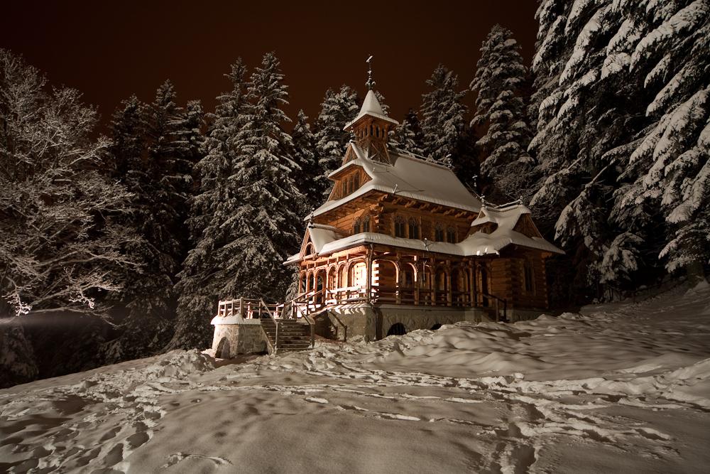 Chapelle à Jaszczurowka dans les montagnes à Zakopane. Photo de Robert Parma.