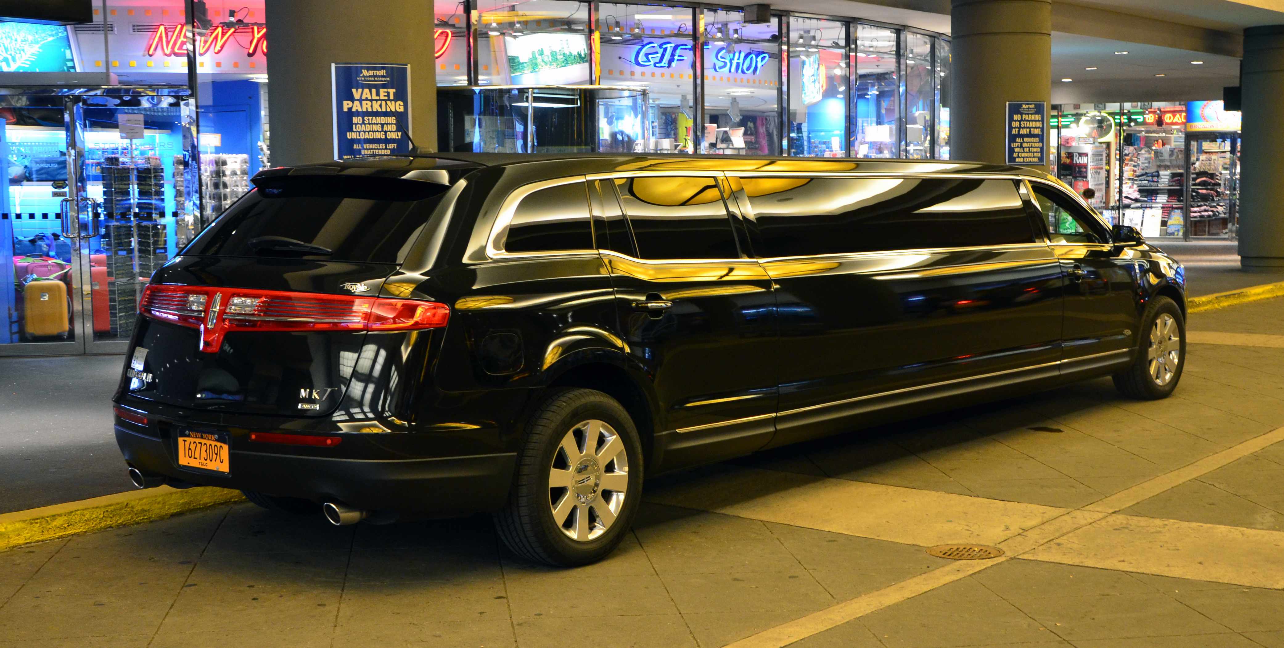 Description Lincoln MKT limo.JPG