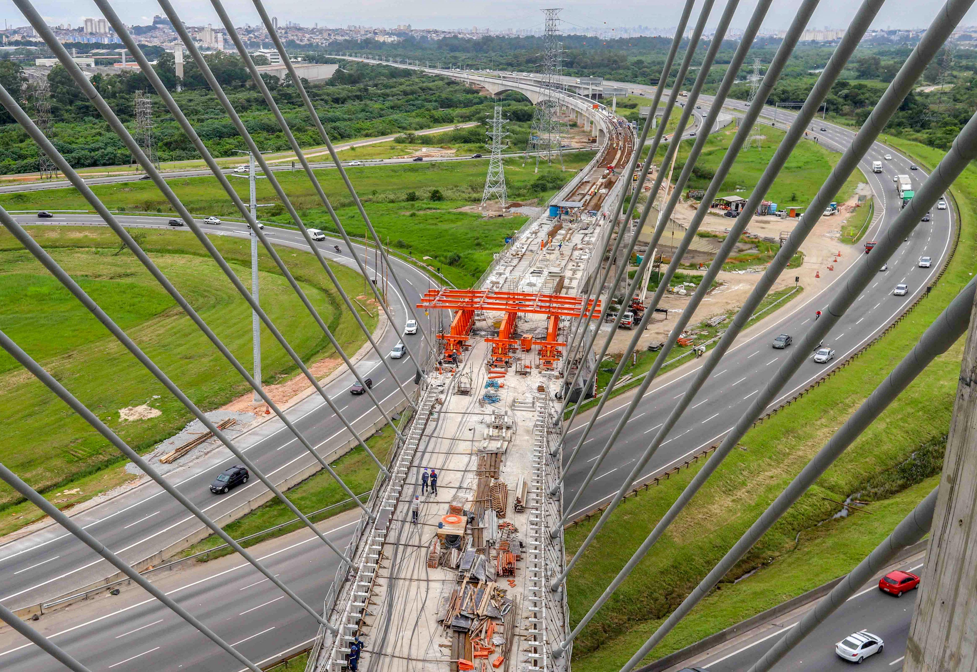 Aeroporto Gru : File linha que liga sp a aeroporto de guarulhos tem viadutos