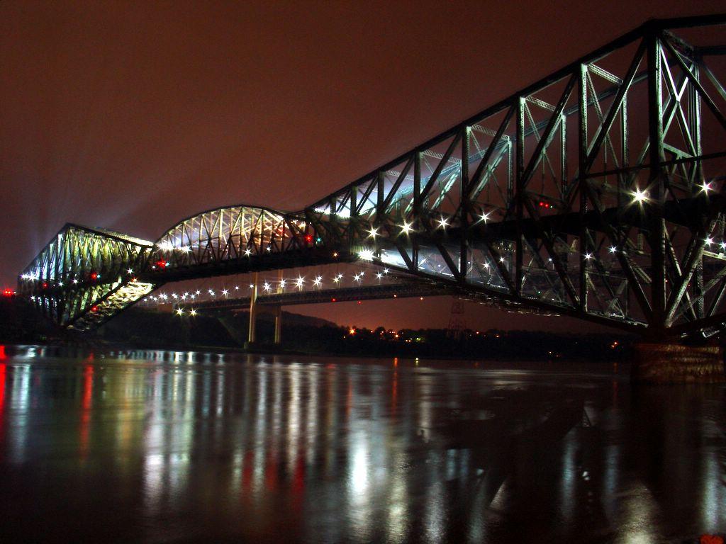 Le Pont de Québec de nuit, traversant le fleuve Saint-Laurent. Ce pont est, depuis son ouverture en 1919, le plus grand pont de type cantilever du monde avec une portée de 549m. (définition réelle 1024×768 *)