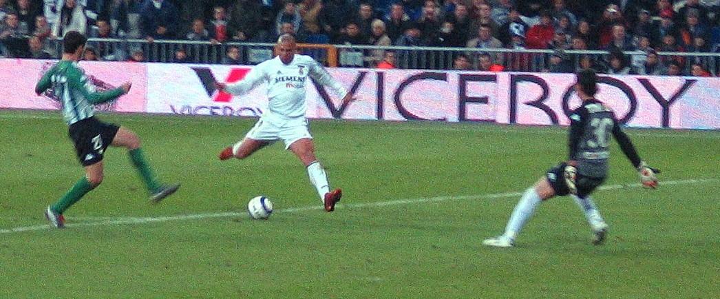 Ronaldo marca un gol con el Real Madrid ante el Betis.