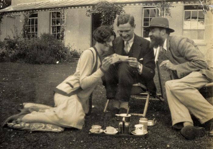 John Lehmann (seated) with sister Rosamond Lehmann and [[Lytton Strachey